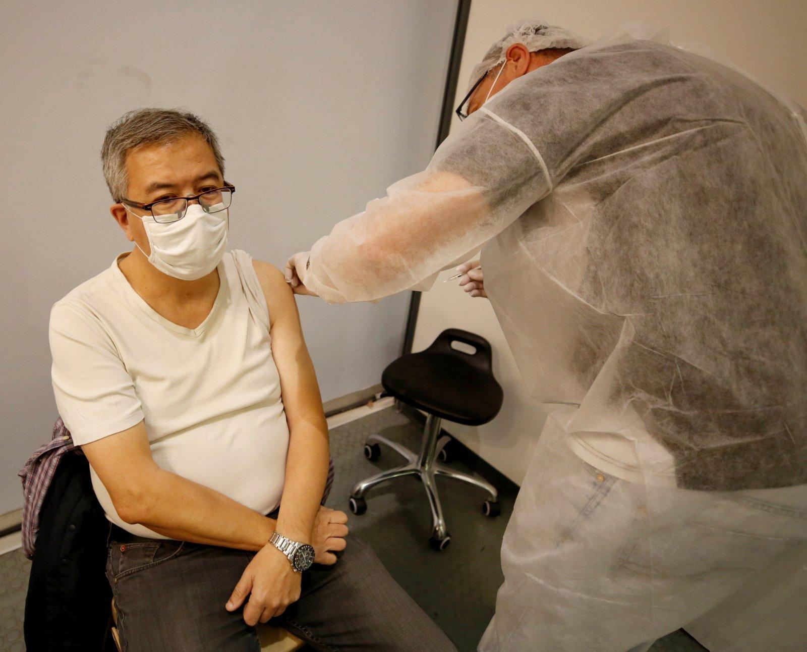 4月10日,一名市民在法國尼斯一家展覽中心設立的新冠疫苗接種中心接種疫苗。(新華社)