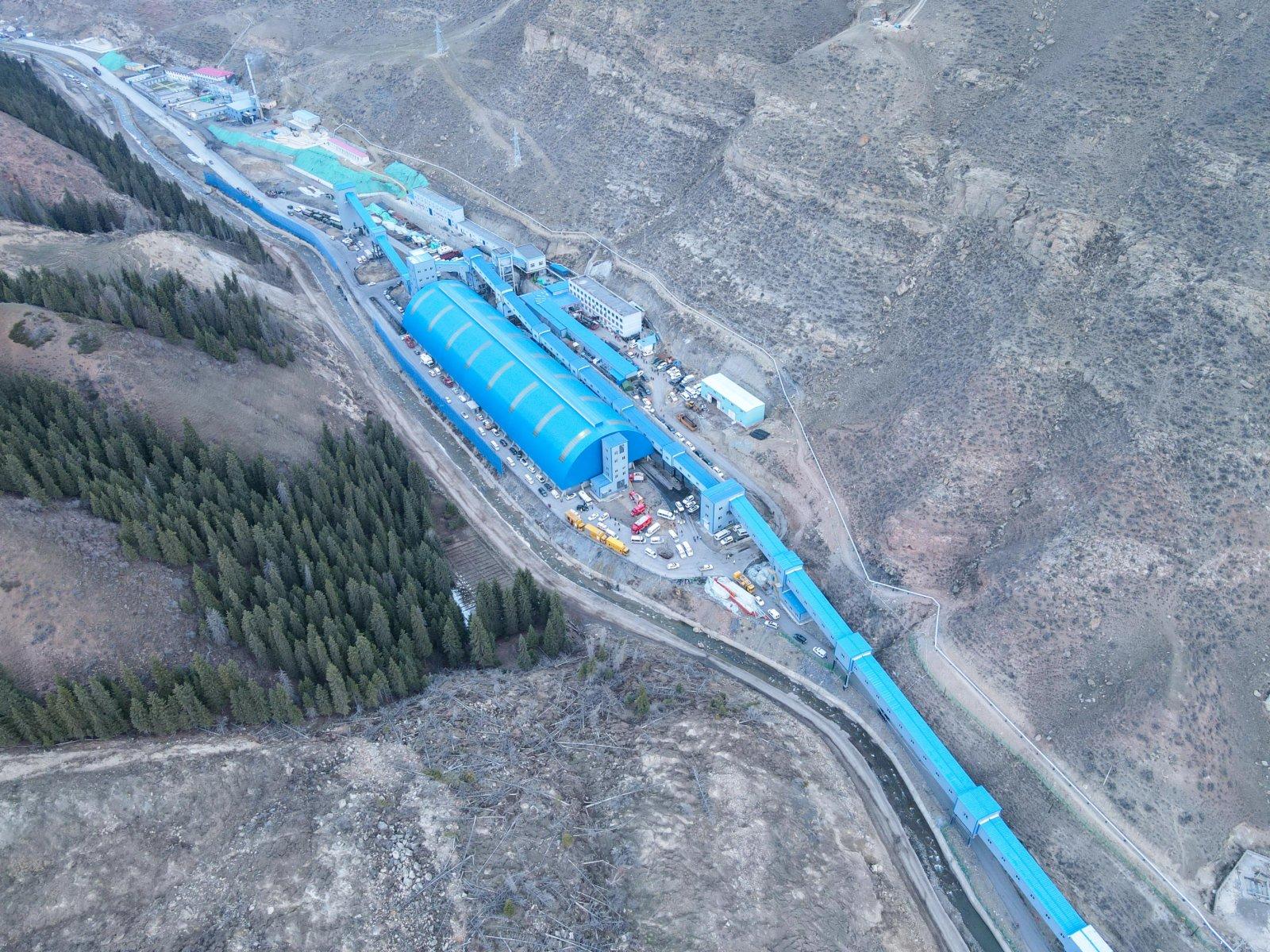 這是新疆昌吉回族自治州呼圖壁縣雀爾溝鎮豐源煤礦事故救援現場(4月11日攝,無人機照片)。(新華社)
