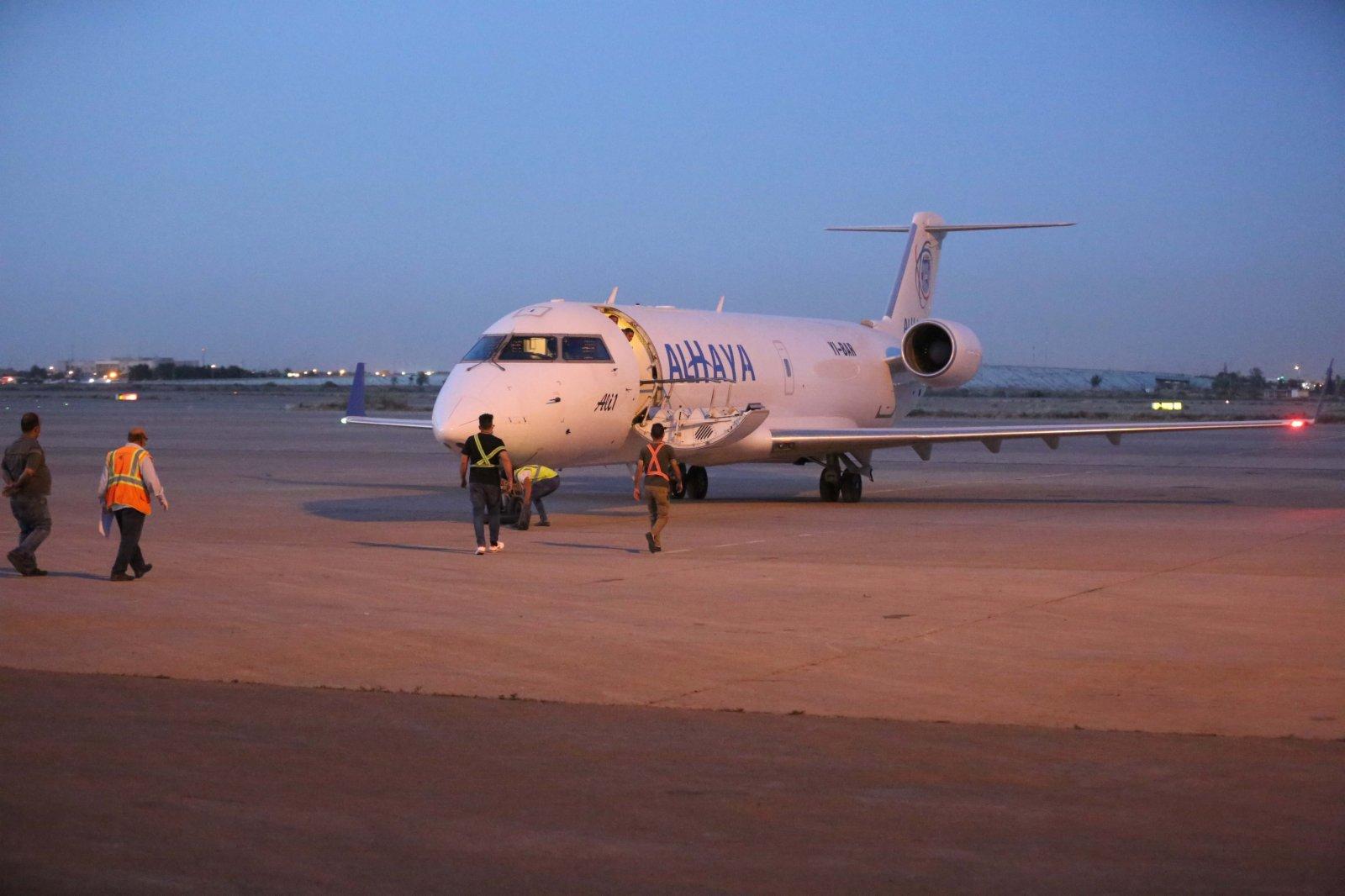 4月11日,載有中國援助的新冠疫苗的飛機抵達伊拉克巴格達。(新華社)