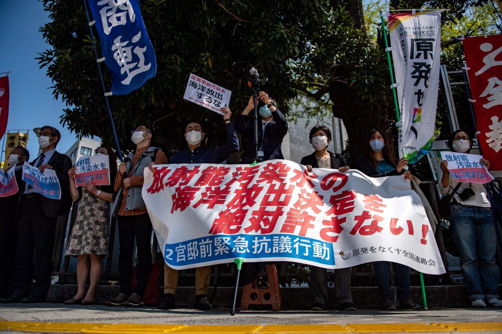 日本民眾在東京舉行集會,抗議將福島核污水排入大海的決定。(法新社)