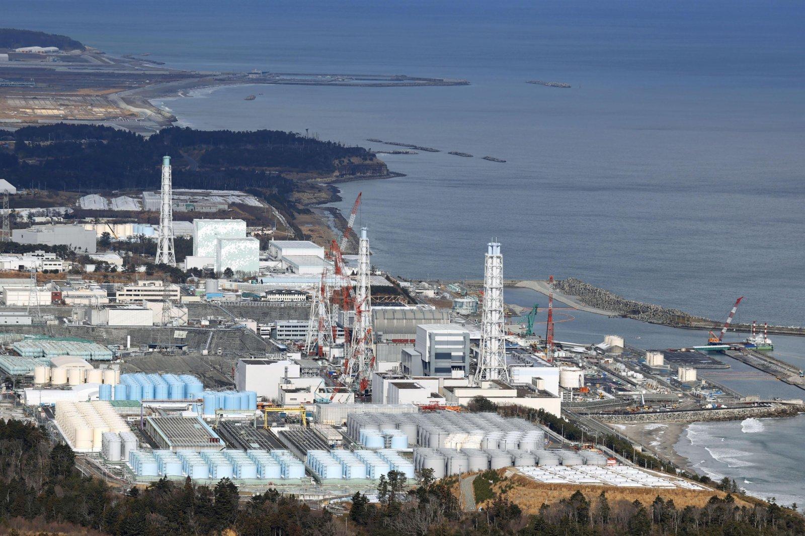 日本福島第一核電站和核污水儲水罐。(新華社)