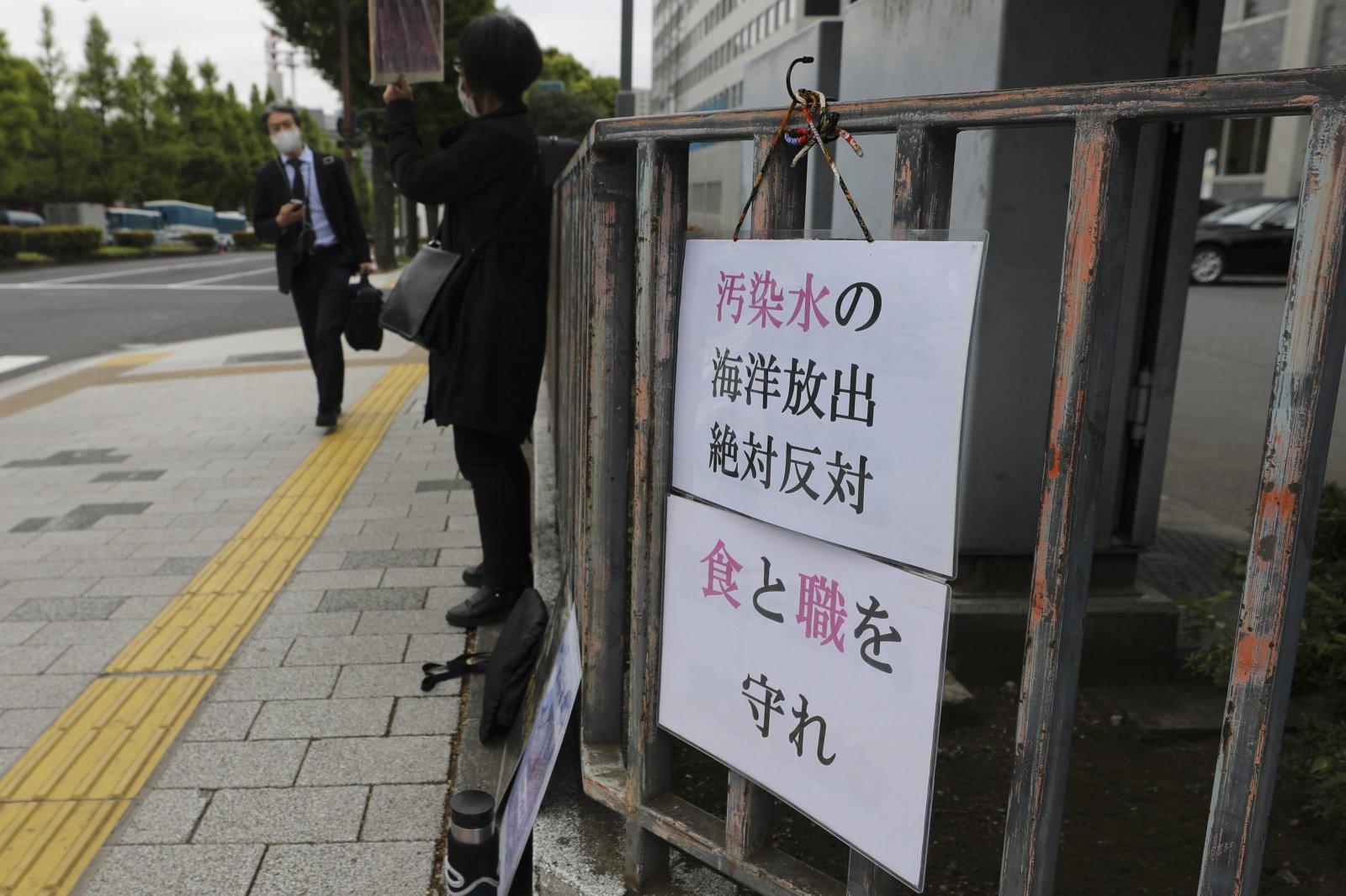 4月13日,抗議者在日本東京的首相官邸外反對福島核污水排入大海。(新華社)