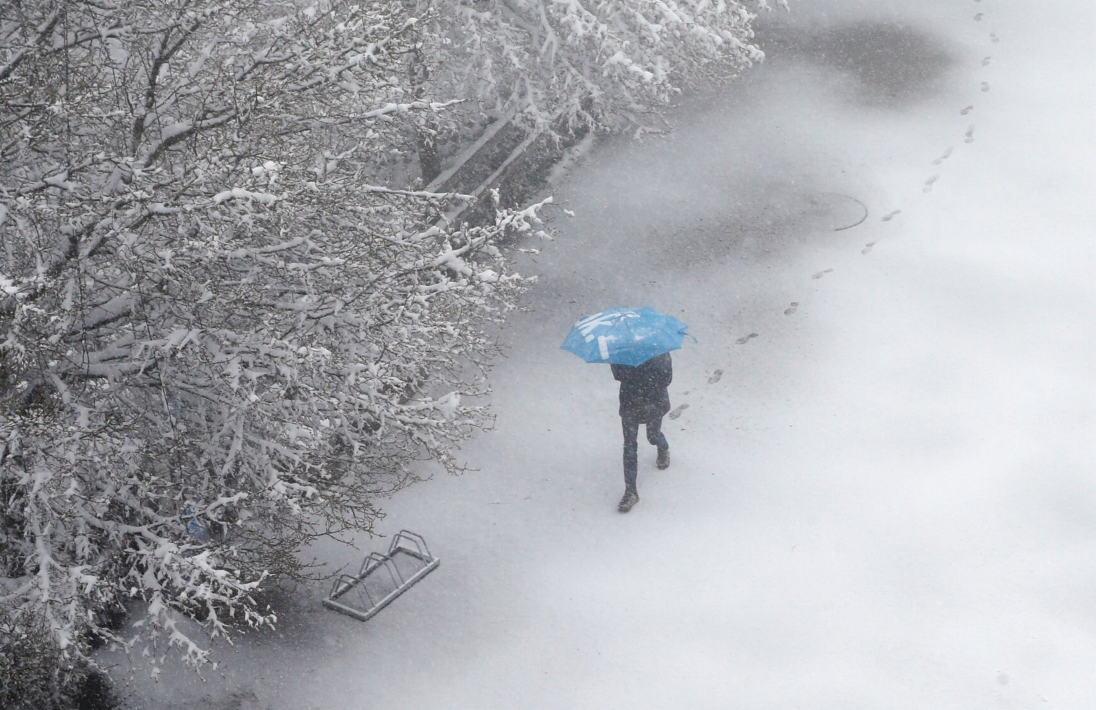 4月12日,瑞士蘇黎世迎來降雪,白茫茫一片宛如童話世界。(路透社)