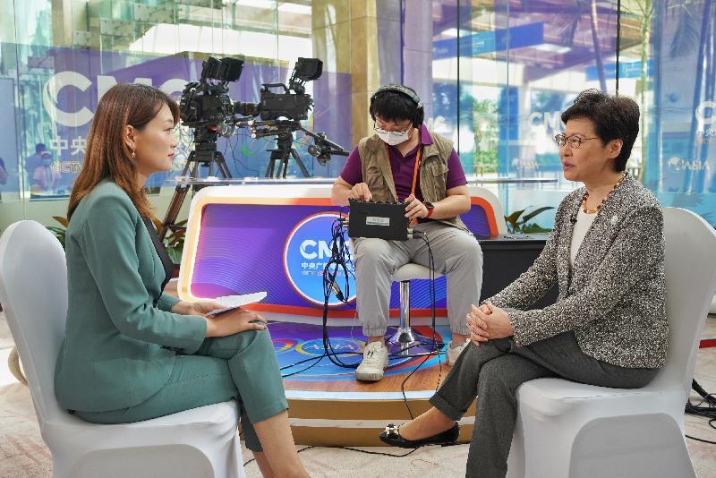 行政長官林鄭月娥(右)昨日(四月十九日)在海南分別接受多間媒體訪問。(政府新聞處)