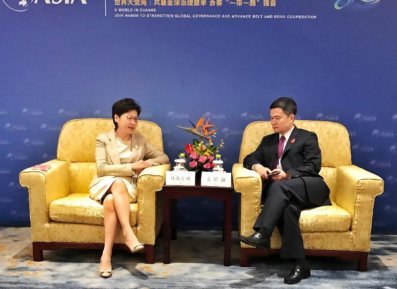 圖示林鄭月娥(左)與中國證券監督管理委員會副主席方星海(右)會面。(政府新聞處)