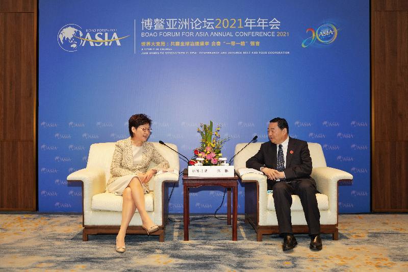 圖示林鄭月娥(左)與國務院國有資產監督管理委員會主任郝鵬(右)會面。(政府新聞處)