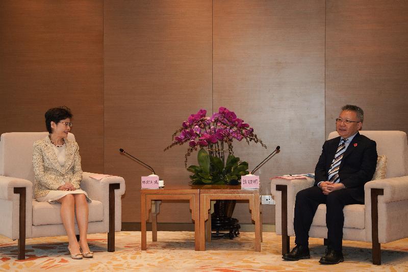 行政長官林鄭月娥(左)昨日(四月十九日)在海南與海南省委書記沈曉明(右)會面。(政府新聞處)