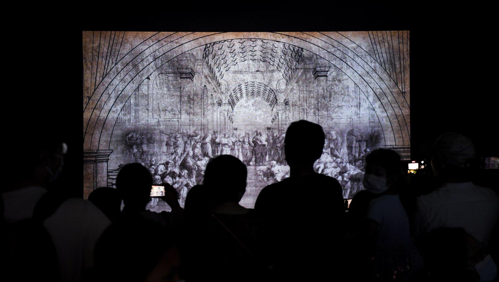 5月3日,觀眾在觀看拉斐爾作品《雅典學院》的數字媒體解析。(新華社)