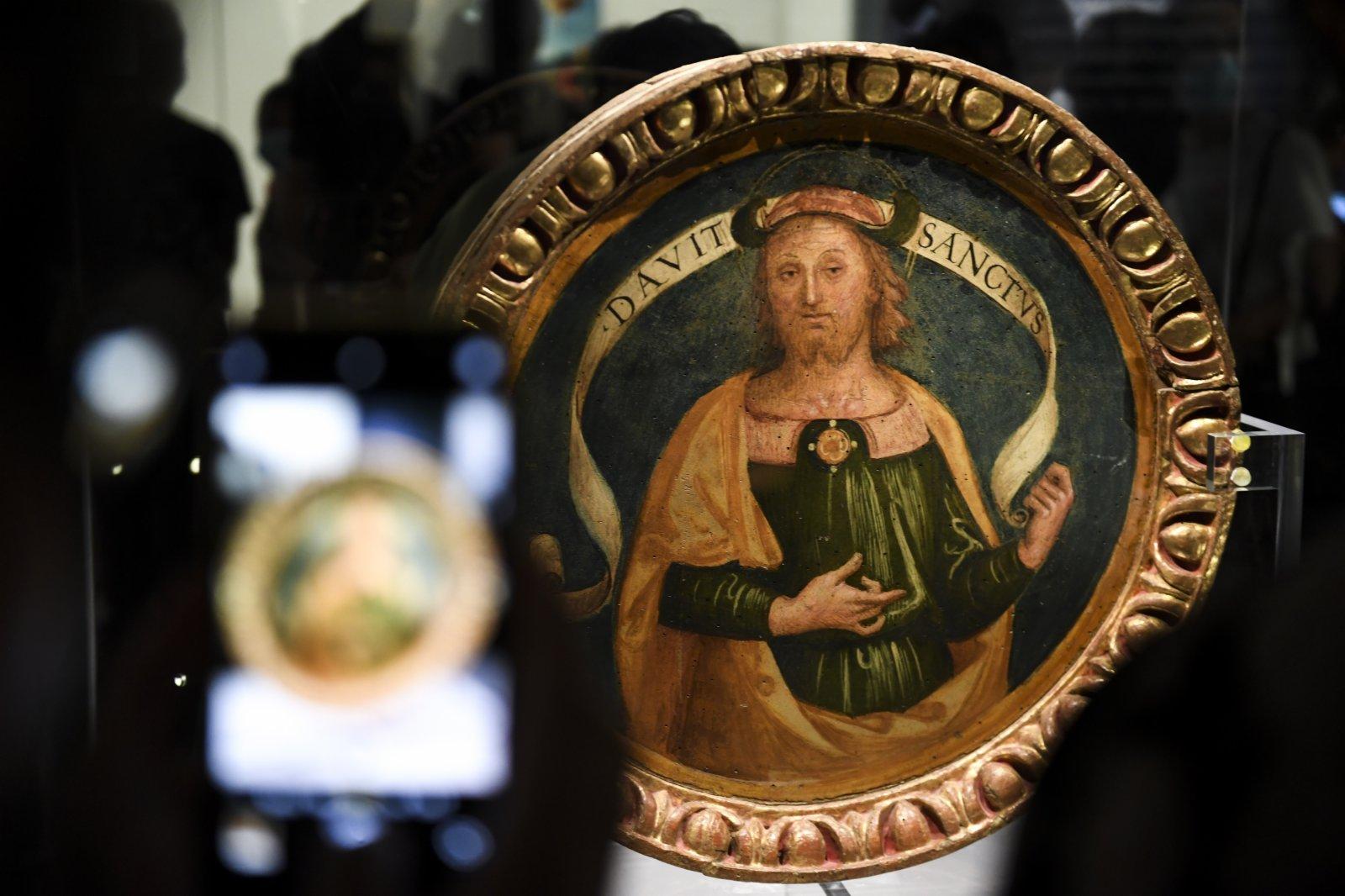 5月3日,觀眾在拍攝彼得羅·萬努奇(又稱佩魯吉諾)的作品《大衛》。(新華社)