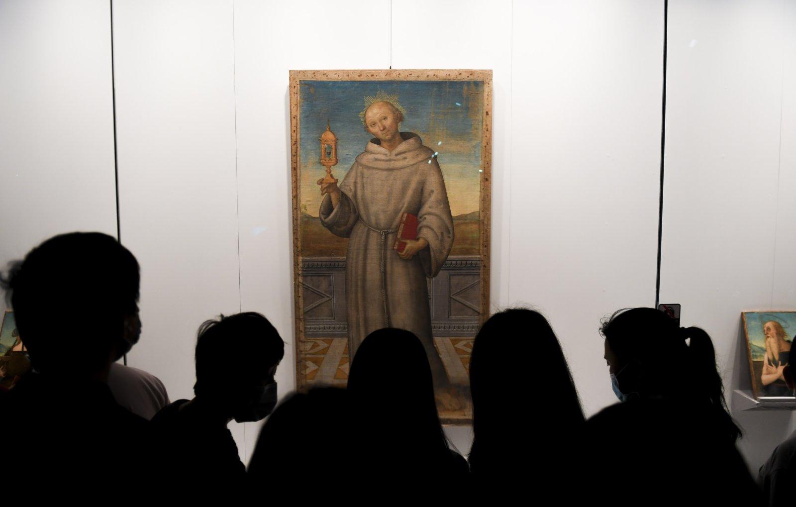 5月3日,觀眾在欣賞彼得羅·萬努奇(又稱佩魯吉諾)的作品《真福的賈科莫·德拉·馬卡》。(新華社)
