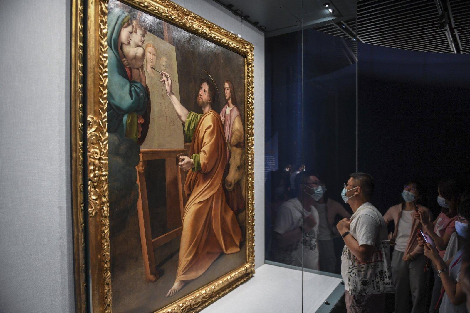 5月3日,觀眾在欣賞展出作品《聖路加在拉斐爾面前繪畫聖母子像》。(新華社)