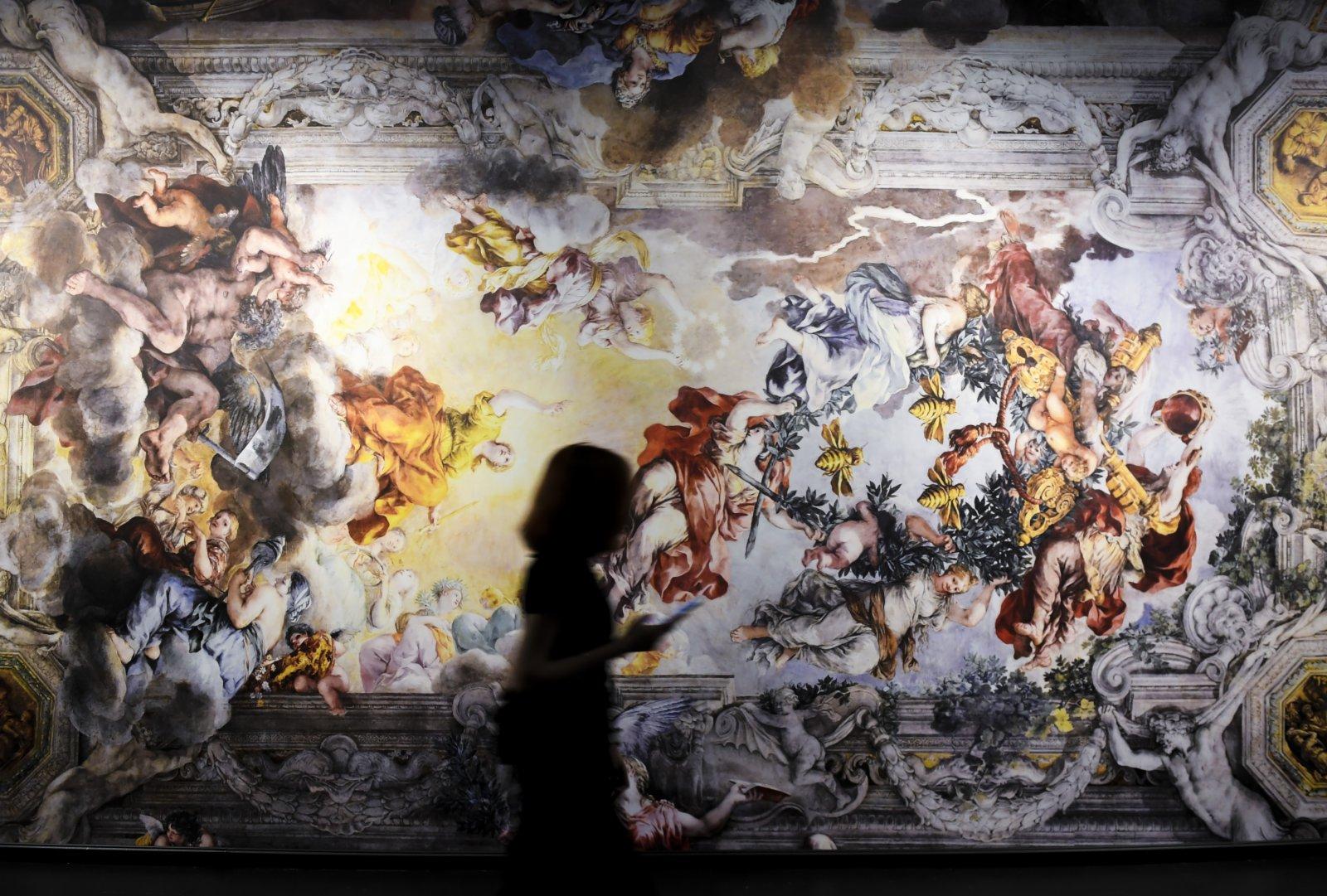 5月3日,觀眾走過展出的彼得羅·達·科爾托納壁畫作品《神意的勝利》複製品。(新華社)