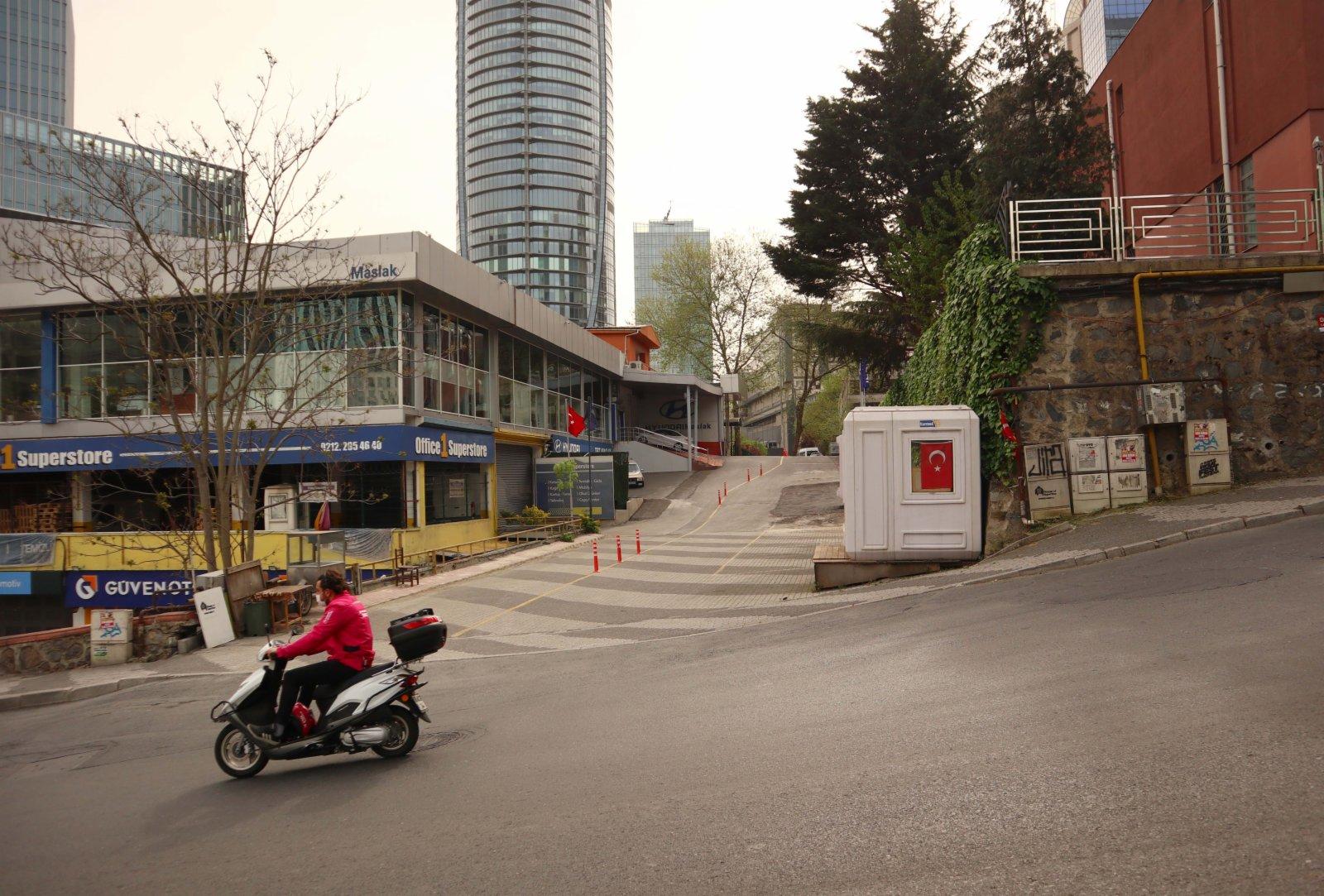 這是5月3日在土耳其伊斯坦布爾拍攝的車輛和行人稀少的街道。(新華社)