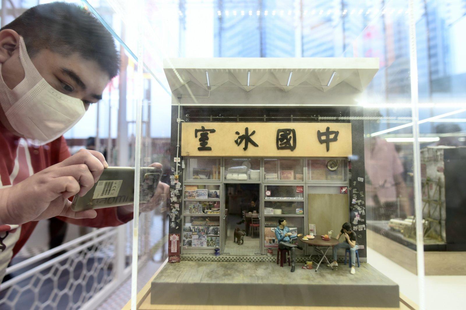5月3日,香港不少市民慕名前往觀塘全新商場裕民坊,觀賞「官塘  傳情 微縮藝術展」。(香港中通社)