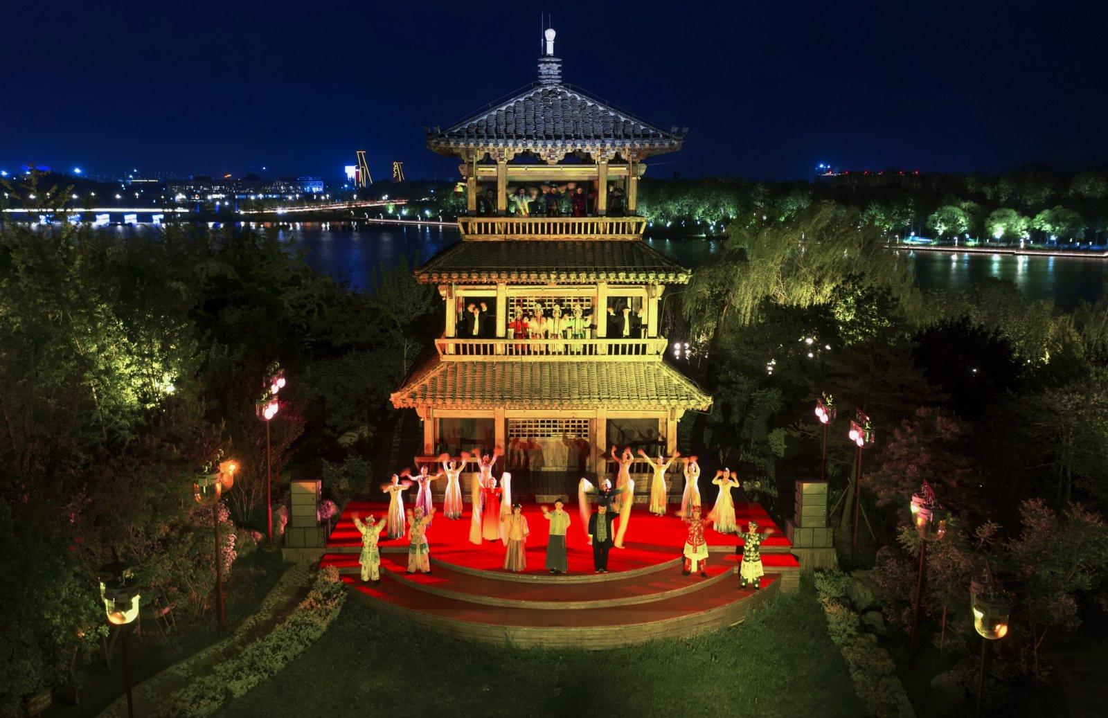 5月3日,演員在唐山市南湖景區為遊客表演沉浸式體驗劇《那年芳華》