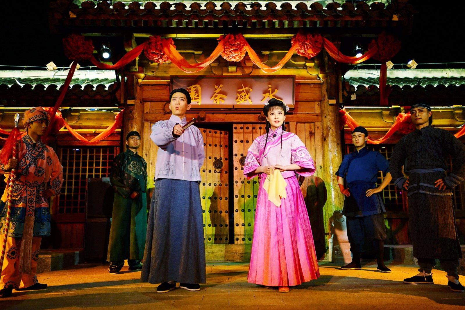 5月3日,演員在唐山市南湖景區為遊客表演沉浸式體驗劇《那年芳華》。