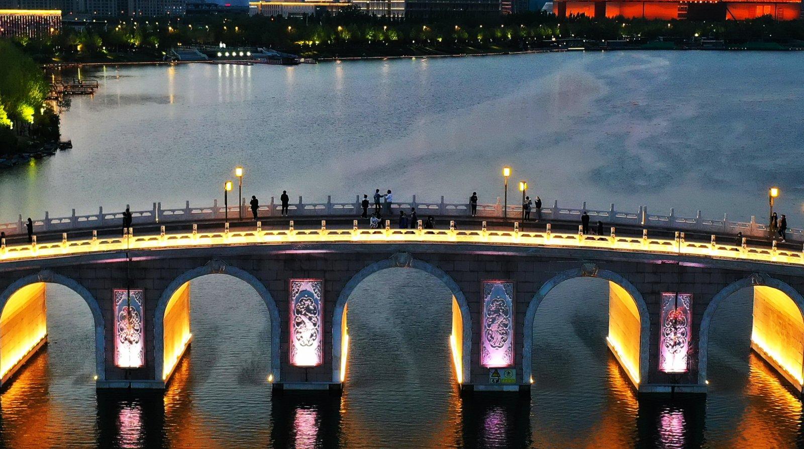 5月3日,遊客在唐山市南湖觀光