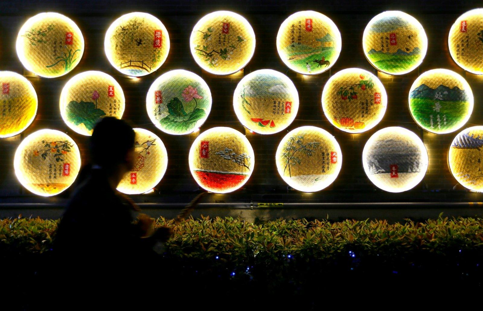 5月3日晚,遊客在即墨古城遊覽。(新華社)