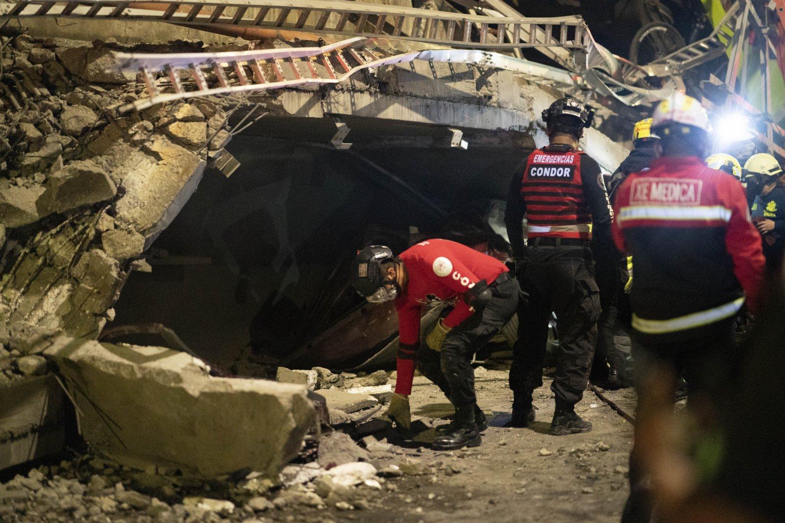 5月3日晚,救援人員在墨西哥首都墨西哥城的坍塌現場工作。(新華社)