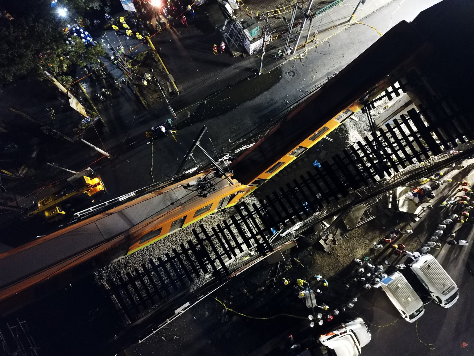 這是5月4日淩晨在墨西哥首都墨西哥城拍攝的坍塌現場。(新華社)