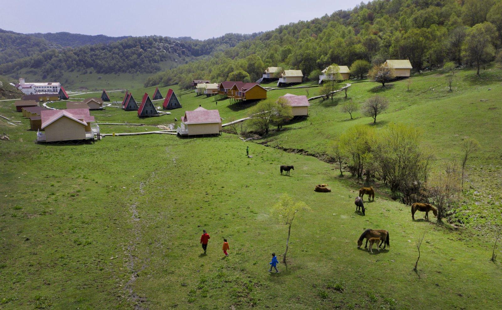 5月4日,遊人在隴縣關山草原旅遊風景區房車營地遊覽(無人機照片)。(新華社)