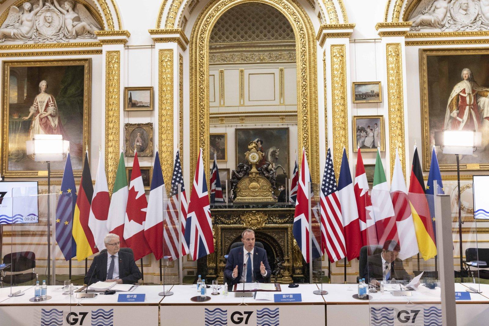 5月4日,英國外交大臣拉布(中)在倫敦主持七國集團外長會。(新華社)