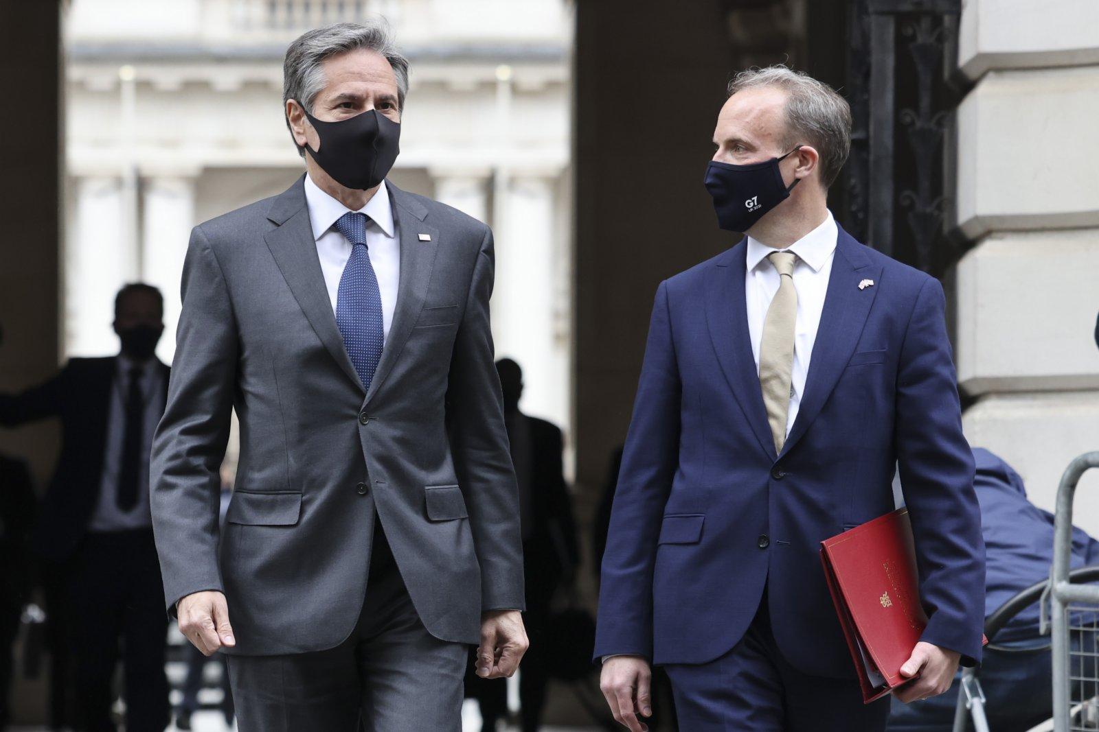 5月3日,英國外交大臣拉布(右)在倫敦與美國國務卿布林肯走在一起。(新華社)