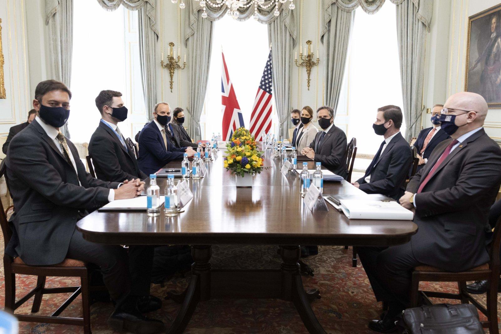 5月3日,英國外交大臣拉布(前左三)與美國國務卿布林肯(前右三)在英國倫敦舉行雙邊會晤。(新華社)