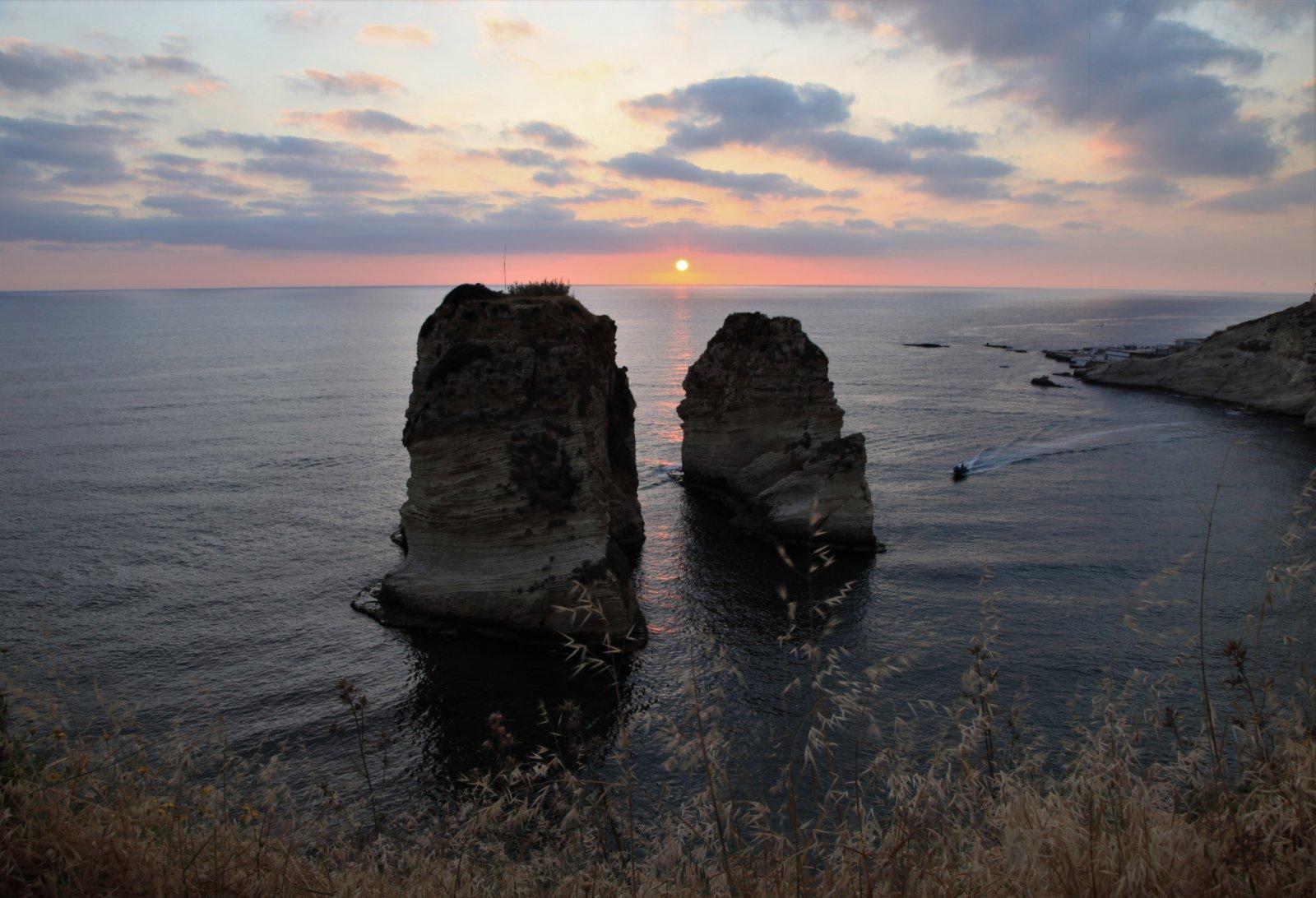 5月13日,在黎巴嫩貝魯特著名景點鴿子岩拍攝的日落。(新華社)