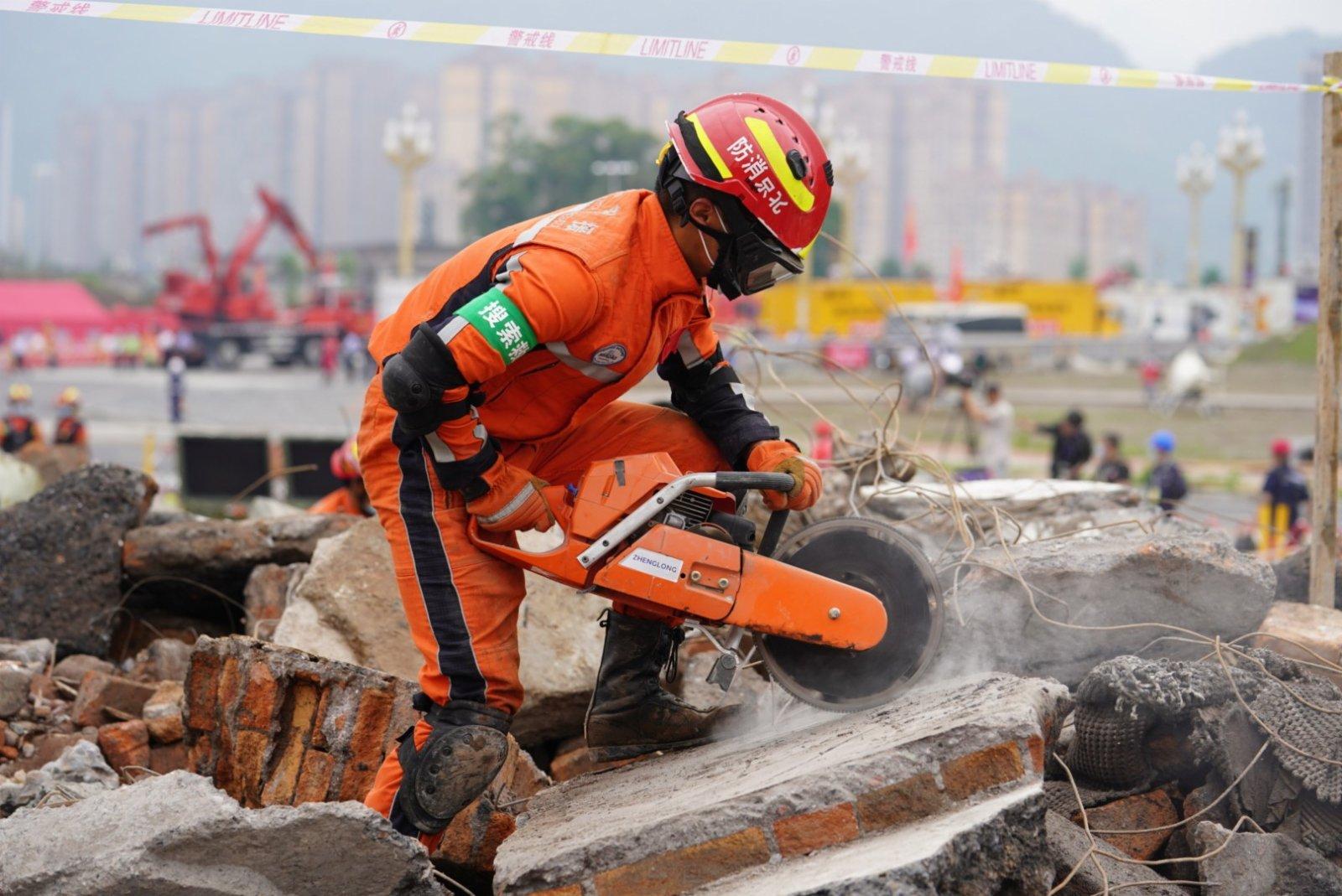 5月14日,參演人員在四川省雅安市雨城區演習現場進行演練。(新華社)