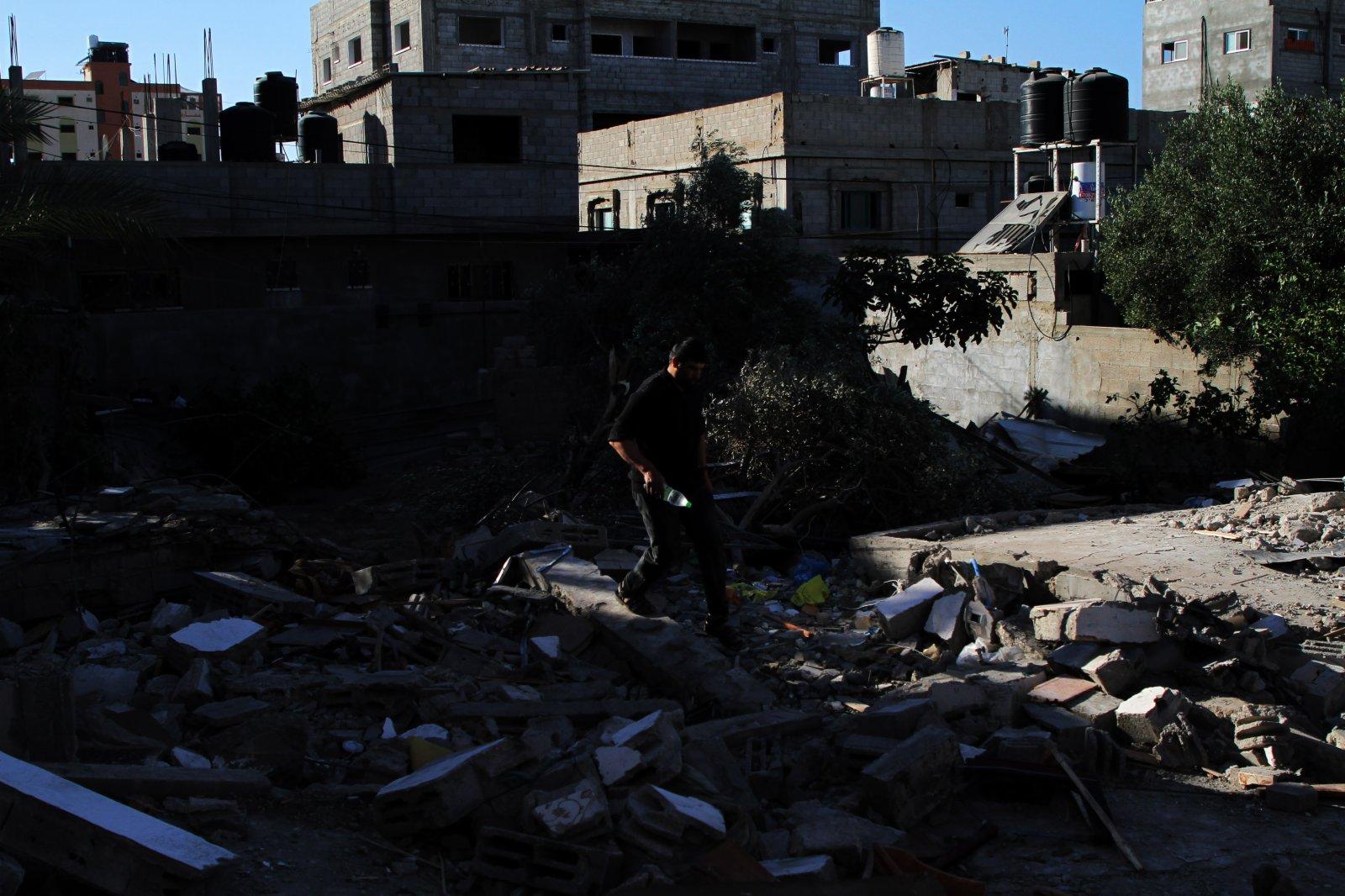 5月13日,一名男子在加沙地帶中部布賴傑難民營查看遭以軍空襲後的廢墟。(新華社)