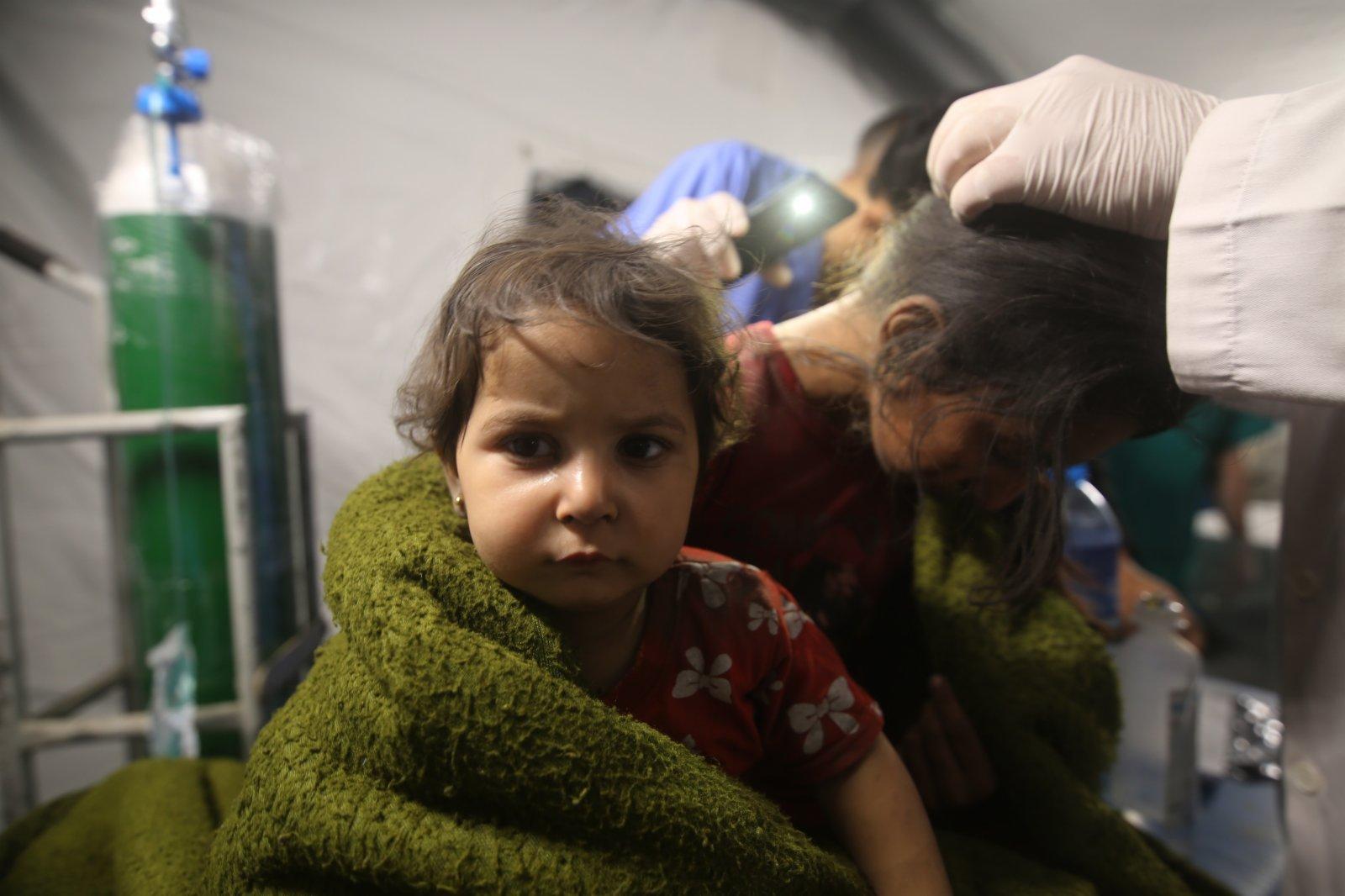 5月13日,在加沙地帶城市拉法,在空襲中受傷的巴勒斯坦兒童接受治療。(新華社)