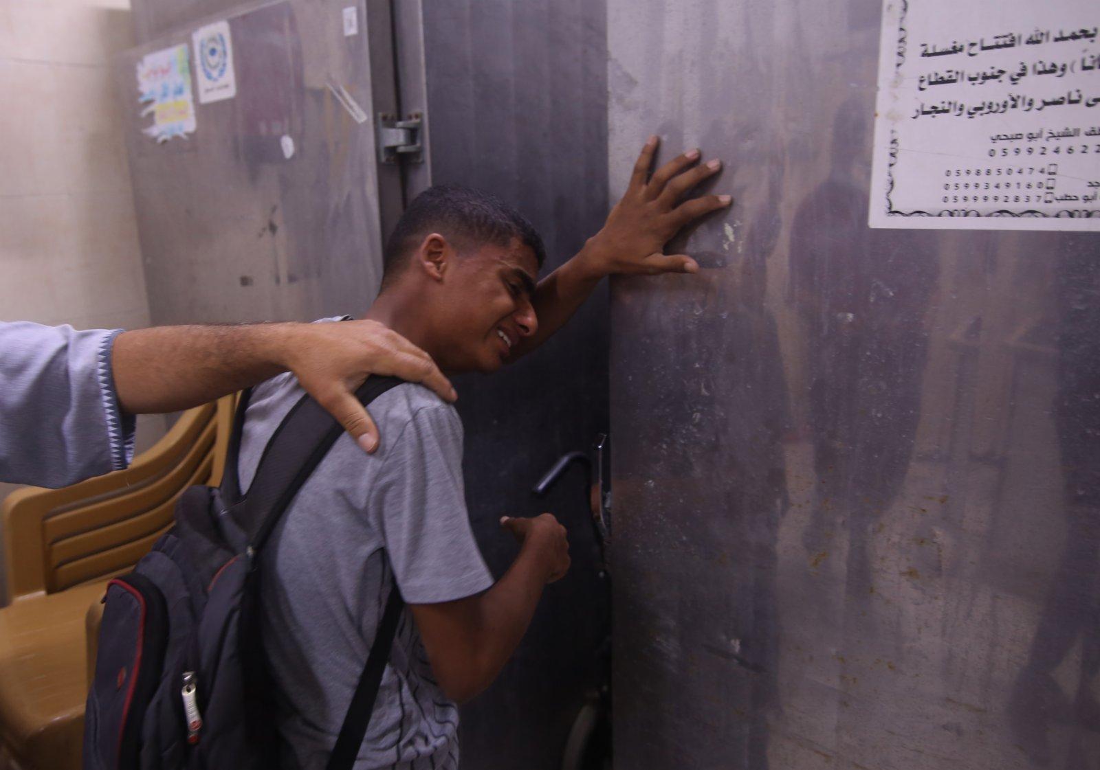 5月13日,在加沙地帶城市拉法,一名巴勒斯坦人在親屬去世後悲痛不已。(新華社)