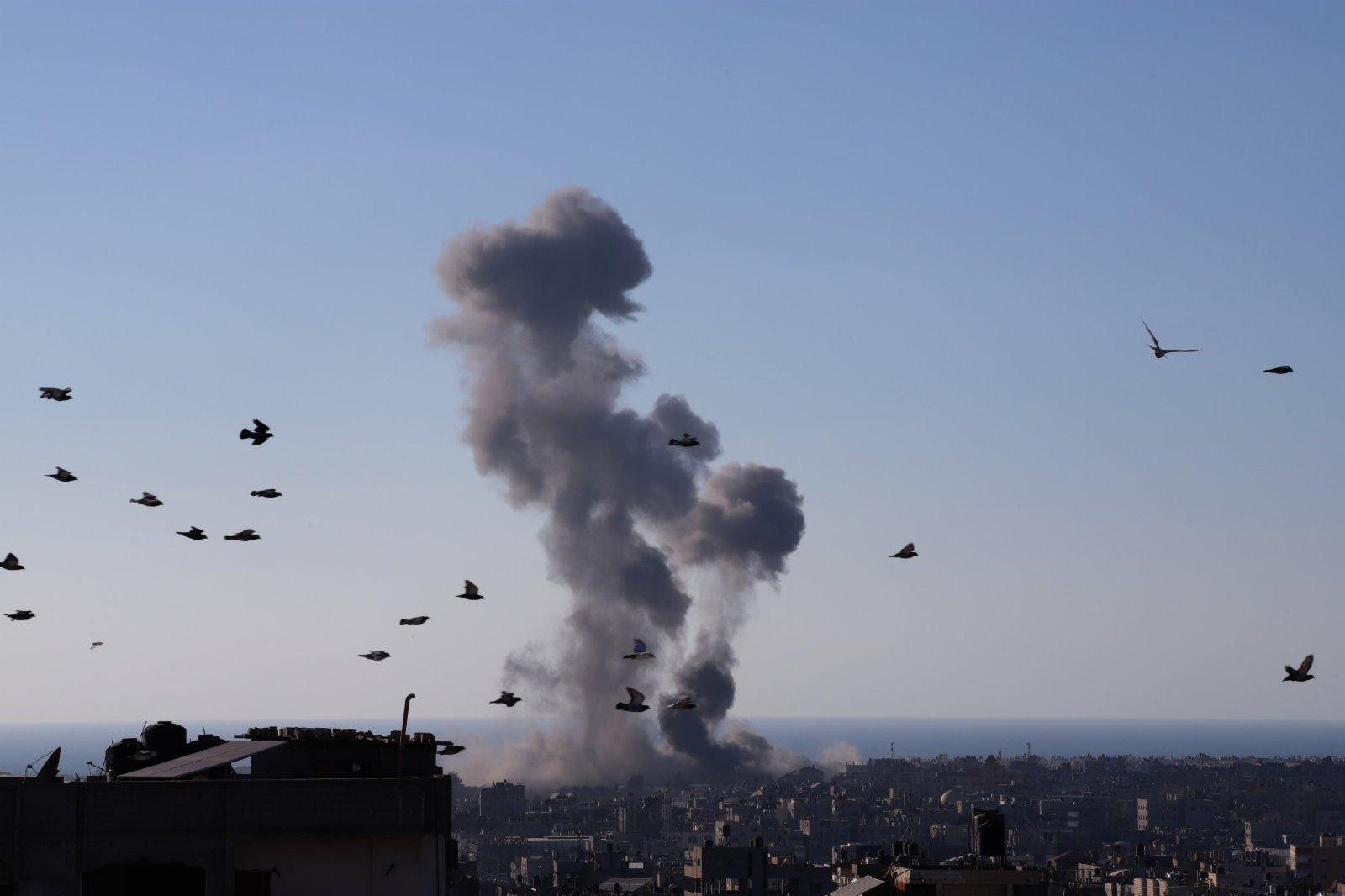 5月13日,加沙地帶拉法遭以色列空襲後升起濃煙。(新華社)