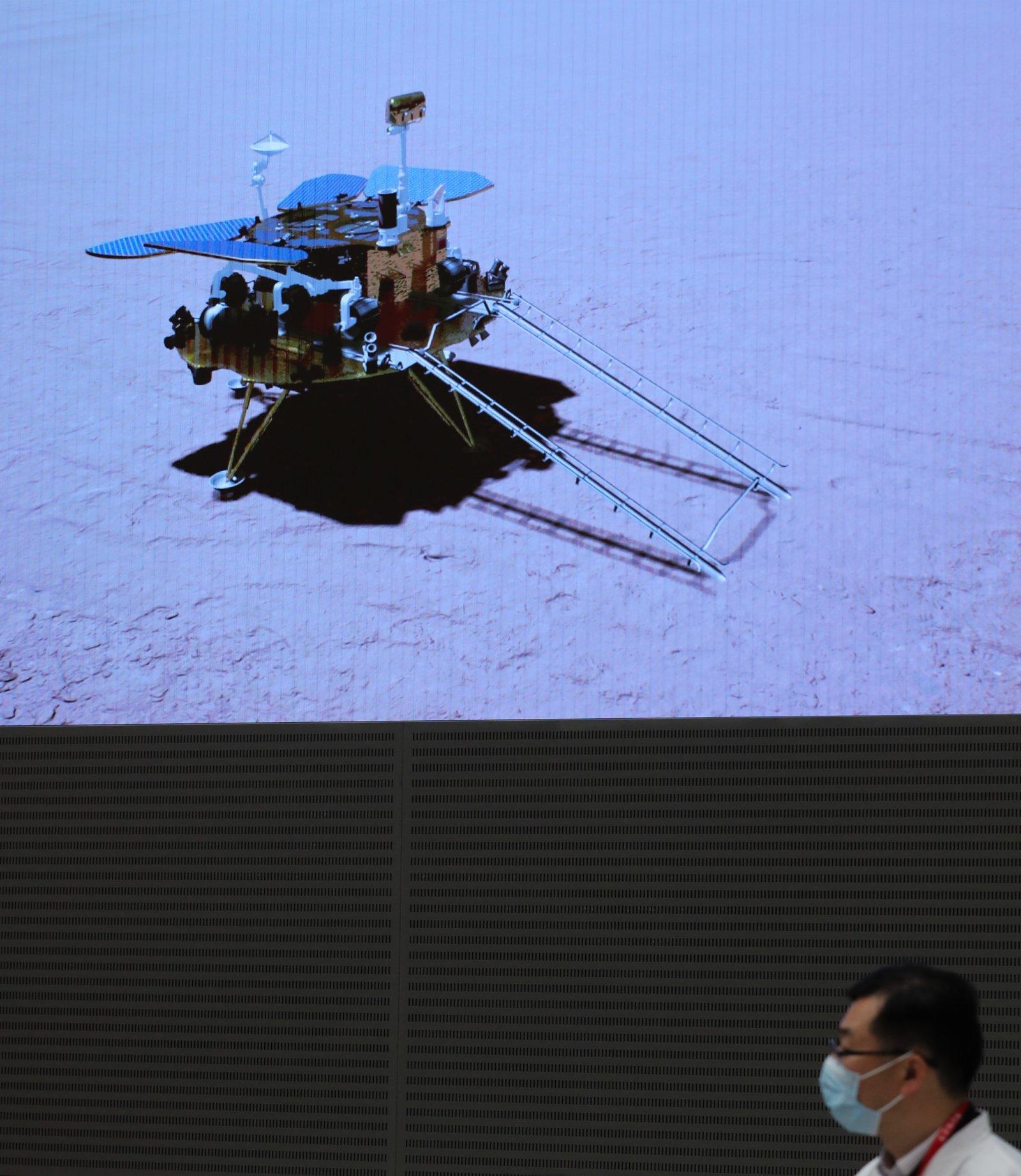 5月15日,航天科研人員在北京航天飛行控制中心監測「祝融號」火星車工作情況。新華社