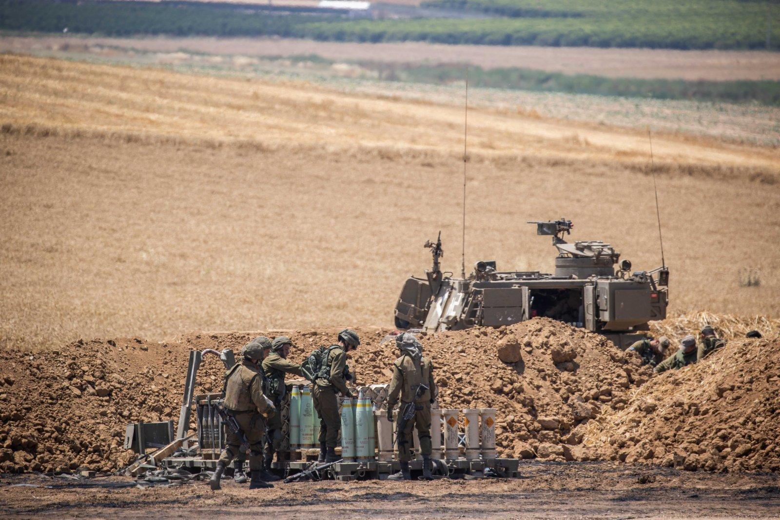 這是5月14日在以色列南部城市斯代羅特附近拍攝的以軍士兵。