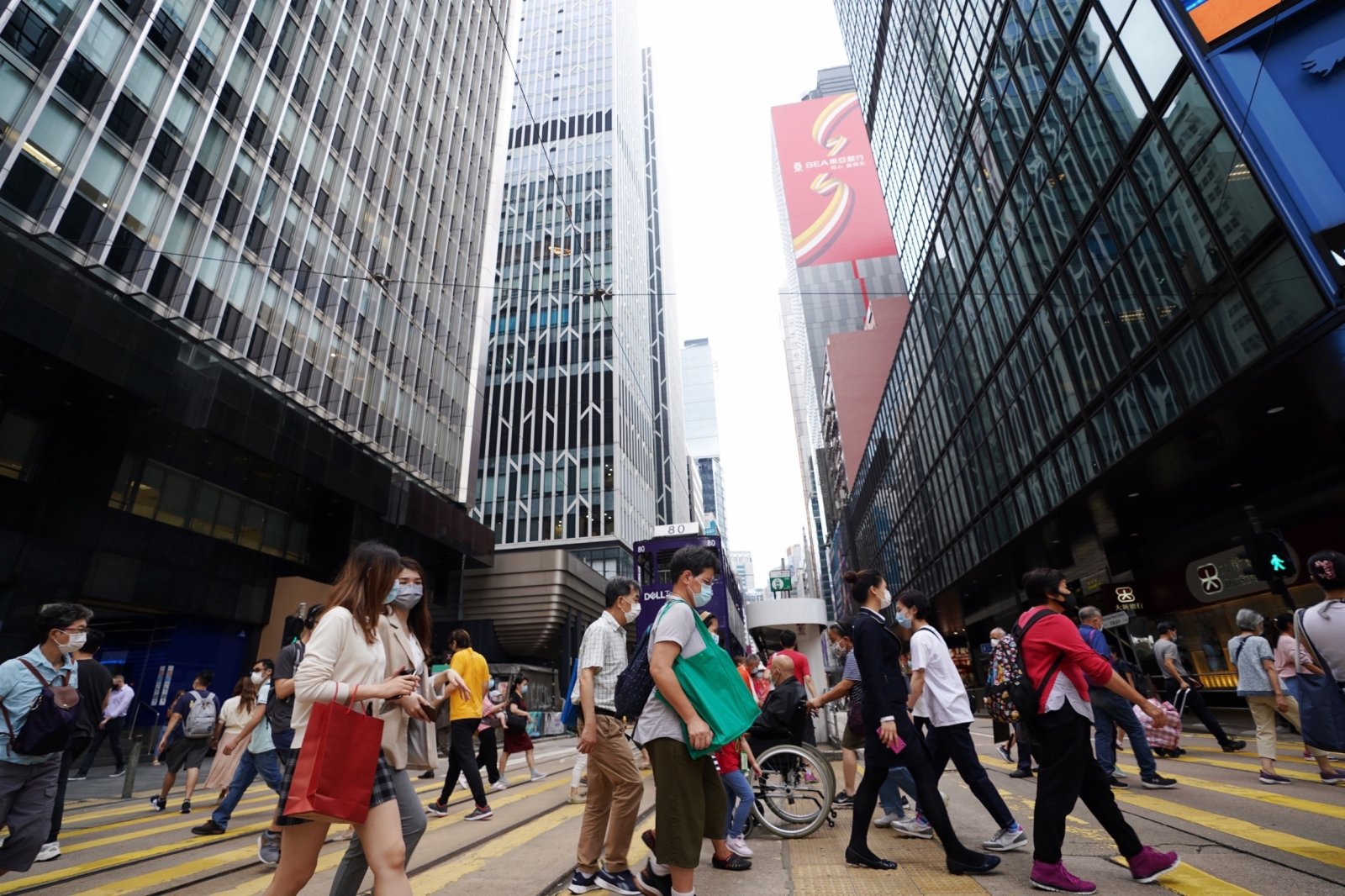 5月14日,市民在香港中環街頭過馬路。