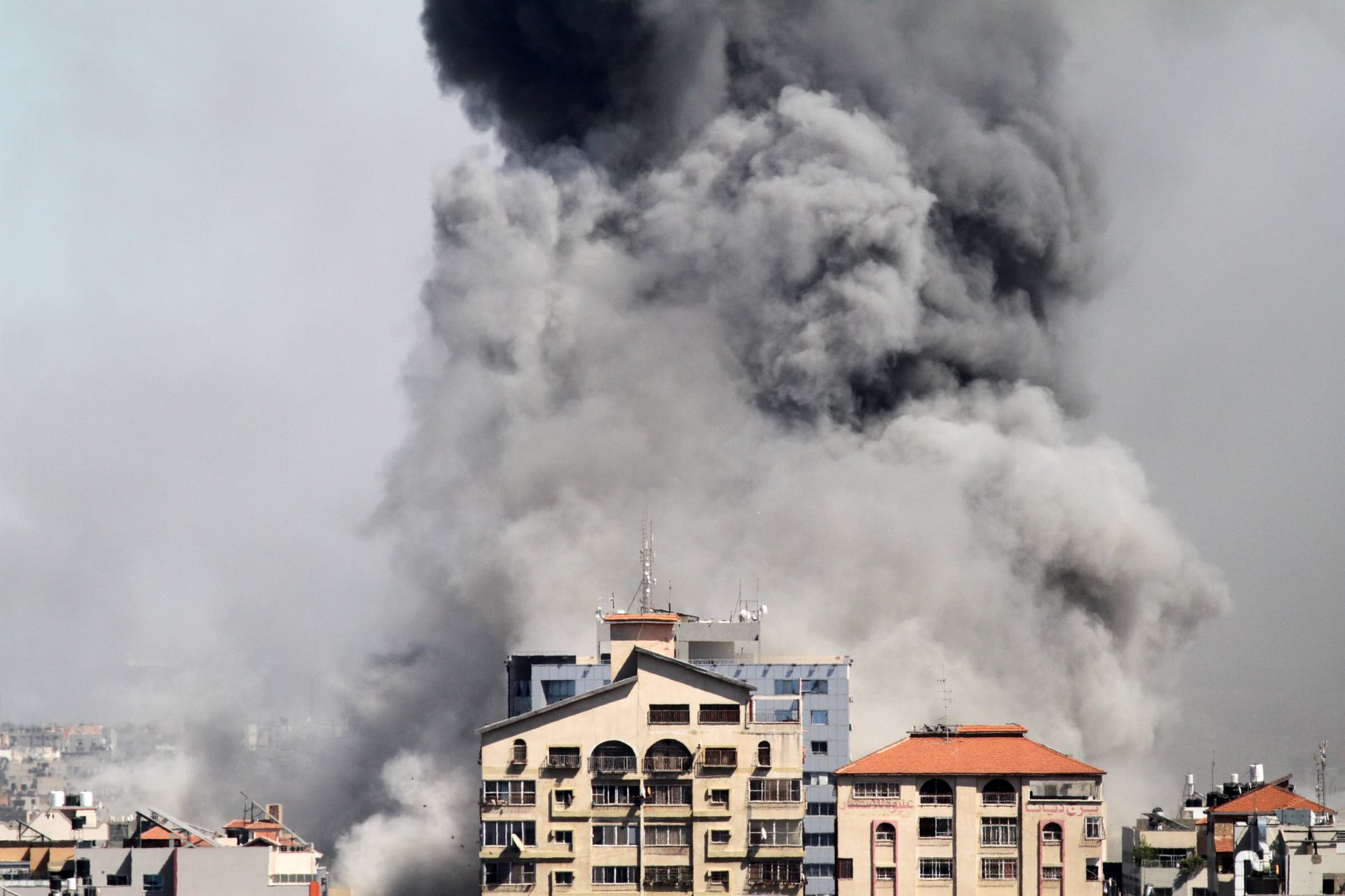 5月15日,加沙地帶一棟多家媒體所在大樓被以軍空襲後冒出濃煙。(新華社)