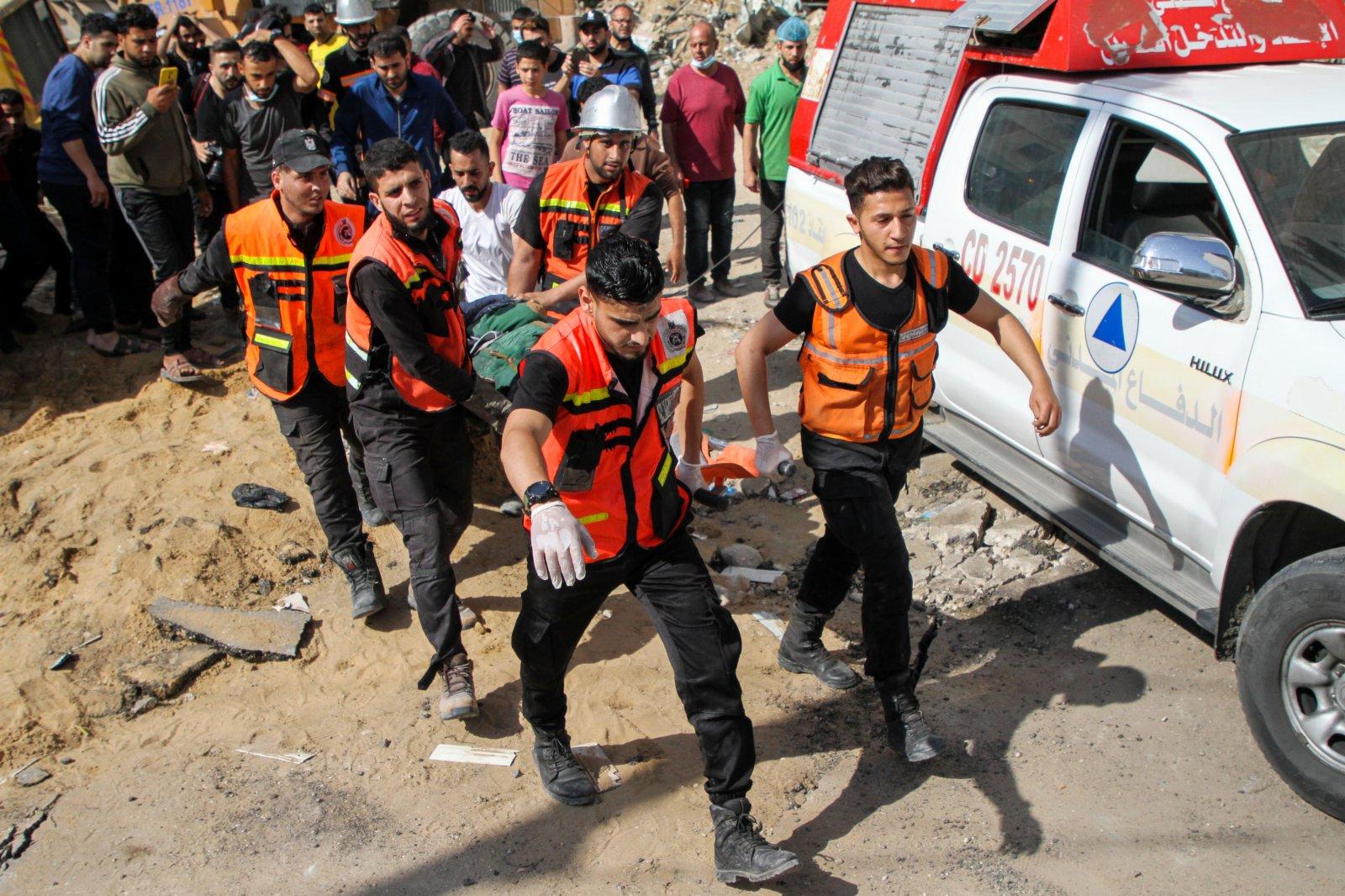 5月16日,巴勒斯坦民防人員從加沙城被炸住宅樓的廢墟中救出一名倖存者。(新華社)