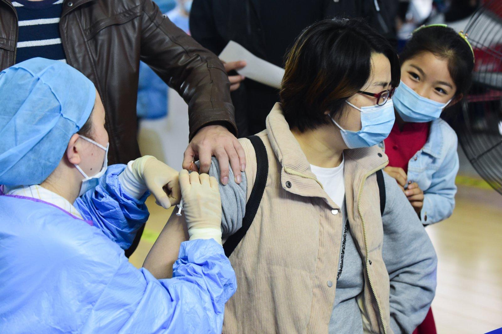 5月16日,在合肥市蜀山區奧體中心方艙接種點,市民進行新冠疫苗接種。(新華社)