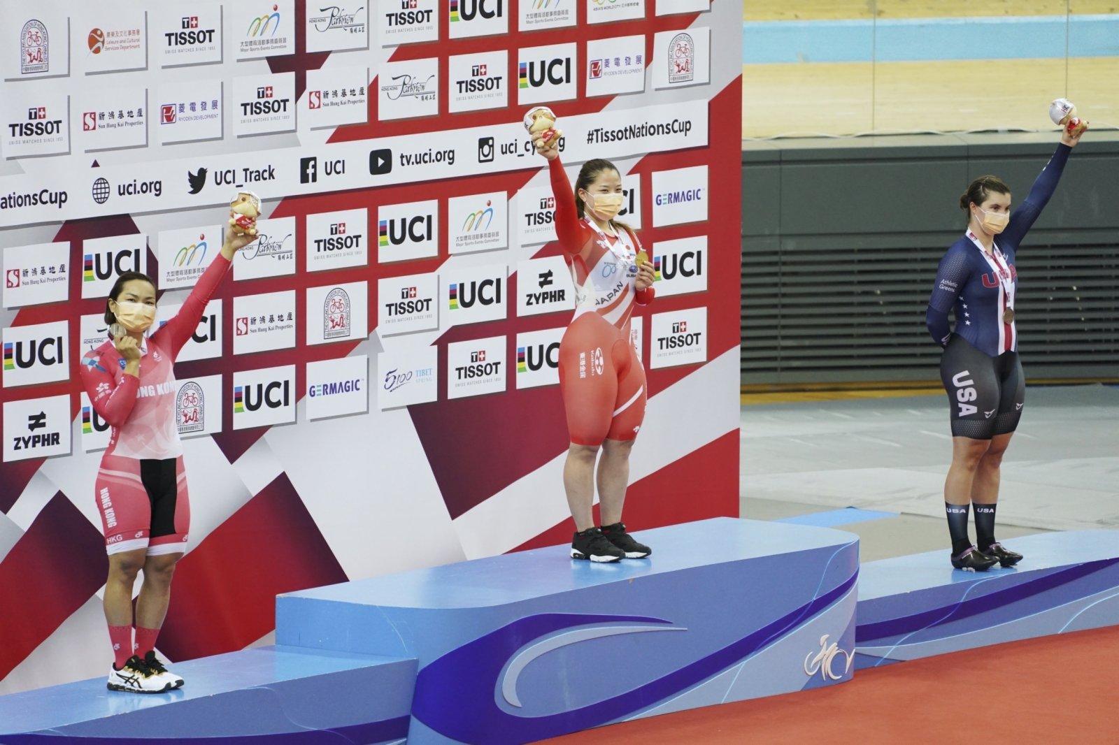 5月16日,冠軍日本選手小林優香(中)和亞軍中國香港選手李慧詩(左)在女子凱林賽頒獎台上揮手致意。(新華社)