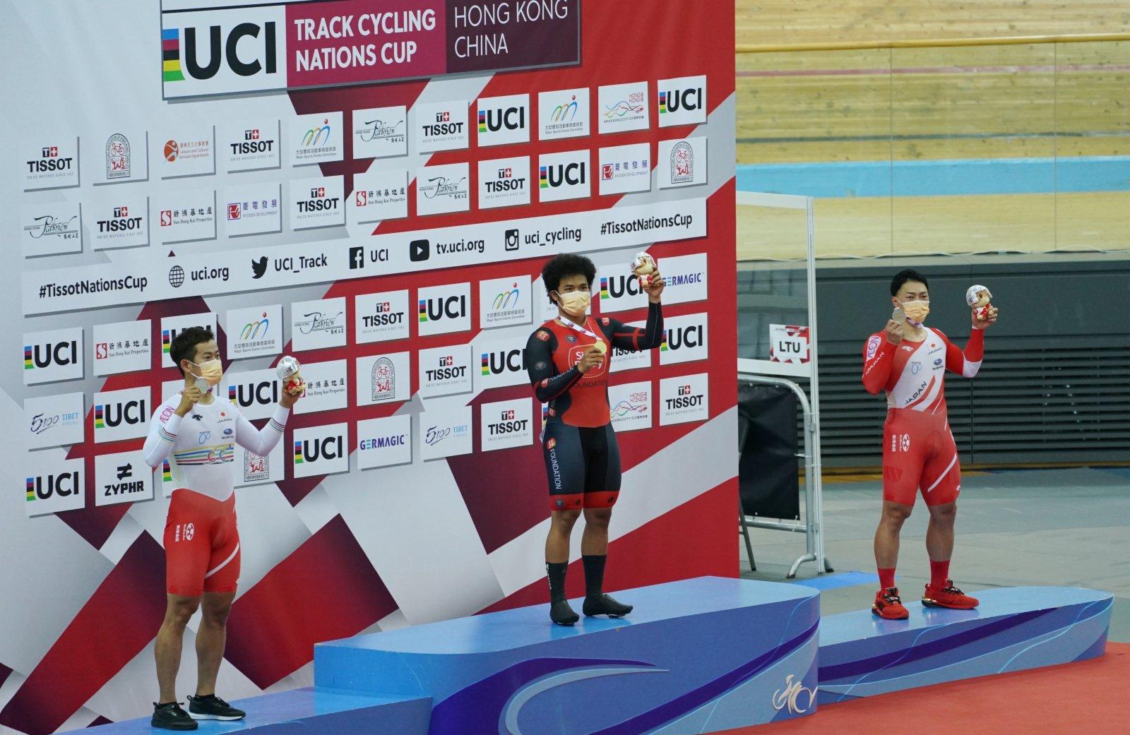 5月15日,佐尼斯(中)在頒獎台上慶祝奪冠。(新華社)