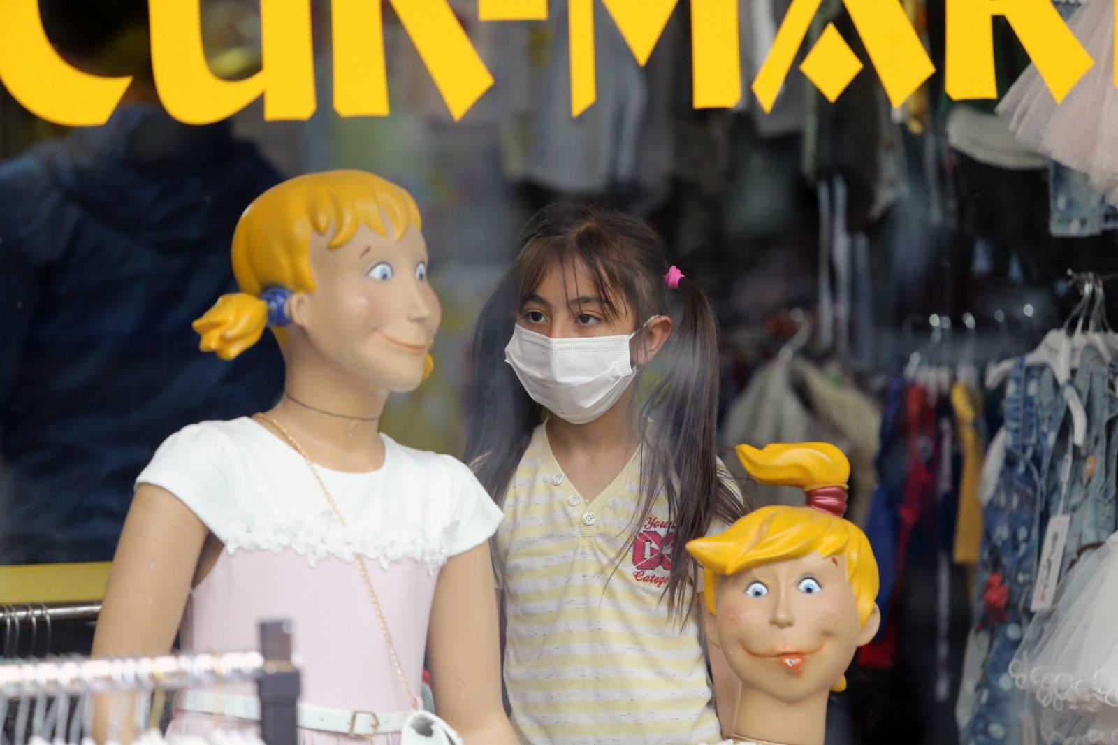 5月17日,一名女孩站在土耳其安卡拉一家服裝店內。(新華社)