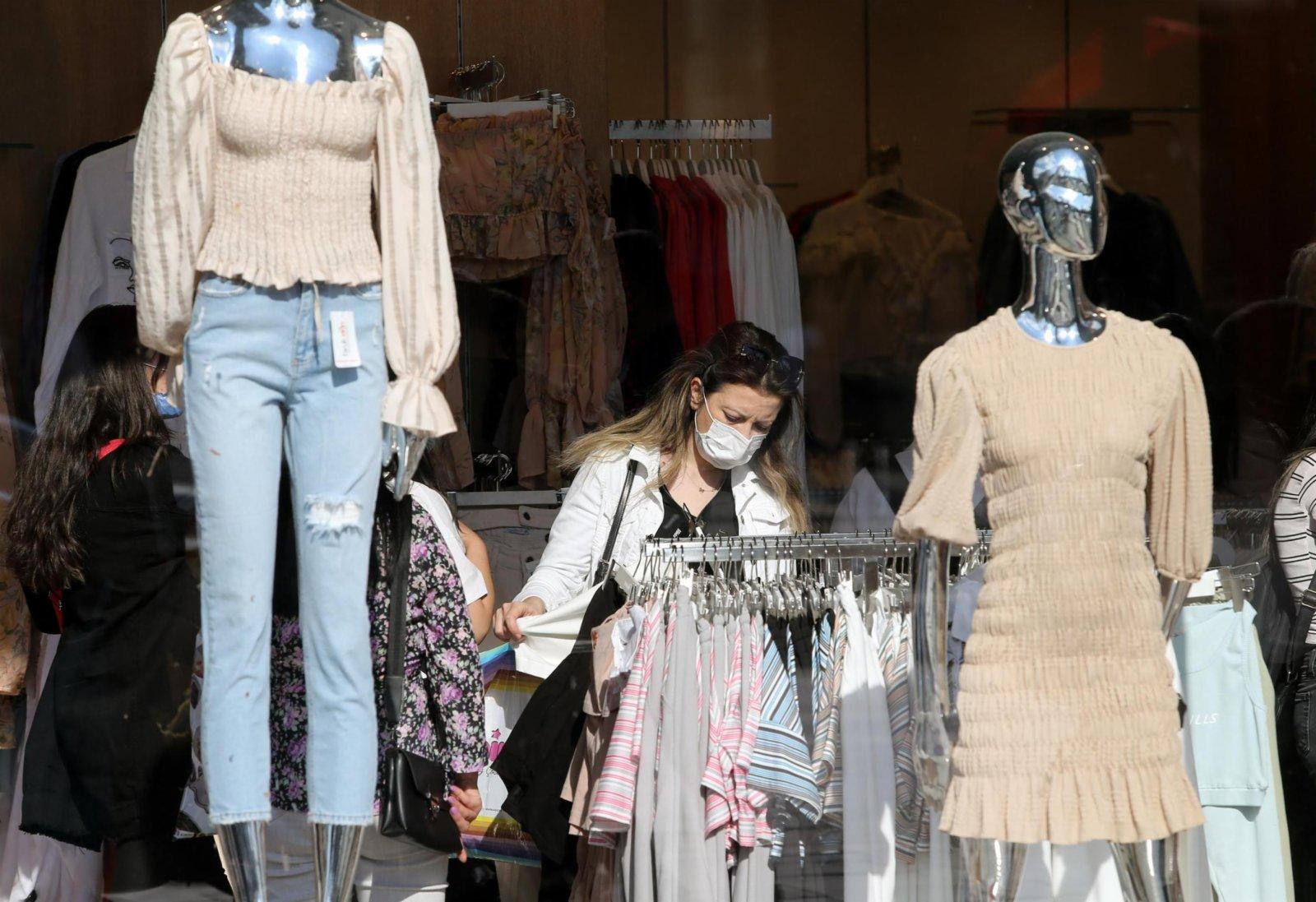5月17日,顧客在土耳其安卡拉一家服裝店內購物。(新華社)
