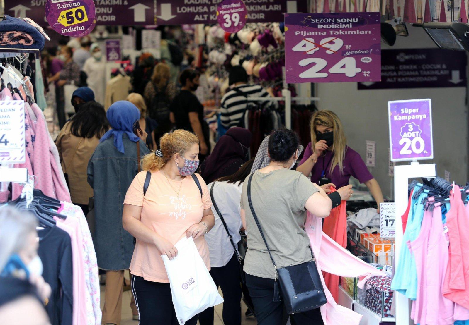 5月17日,顧客在土耳其安卡拉的商店內購物。(新華社)