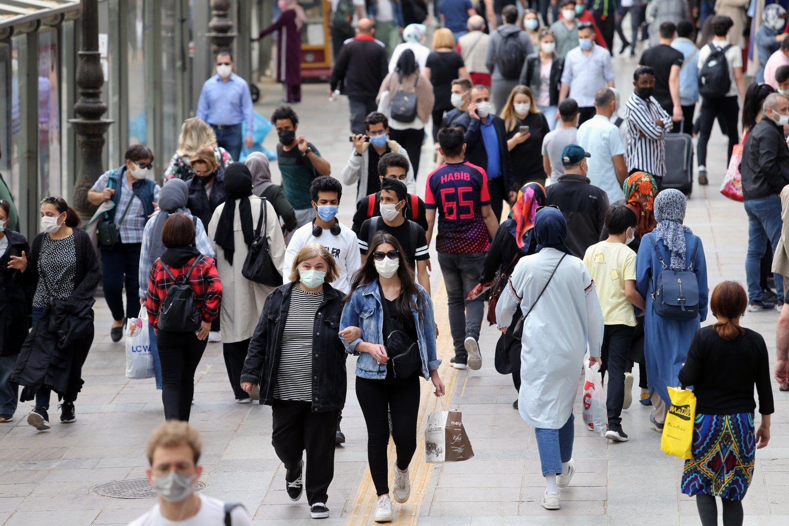 5月17日拍攝的土耳其安卡拉街頭的行人。(新華社)