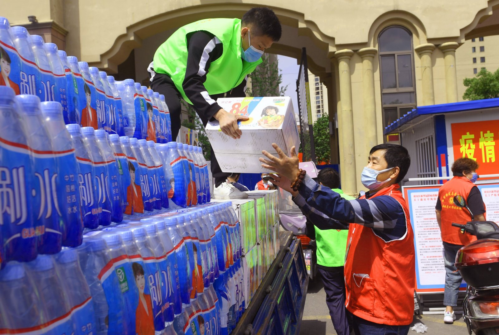 5月17日,志願者搬運愛心人士送來的慰問品。(新華社)