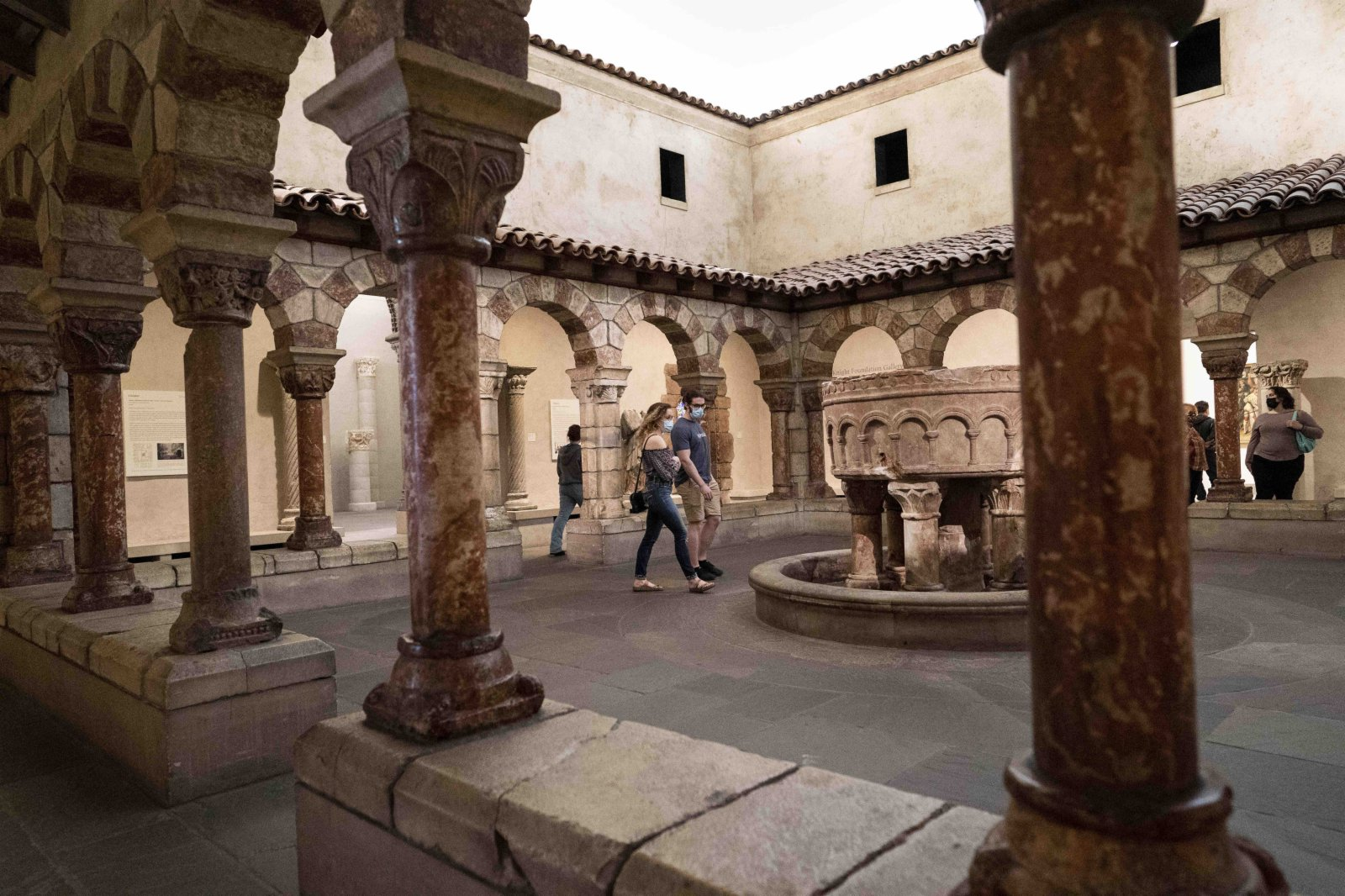 5月31日,人們在位於美國賓夕法尼亞州費城的費城藝術博物館參觀。(新華社)