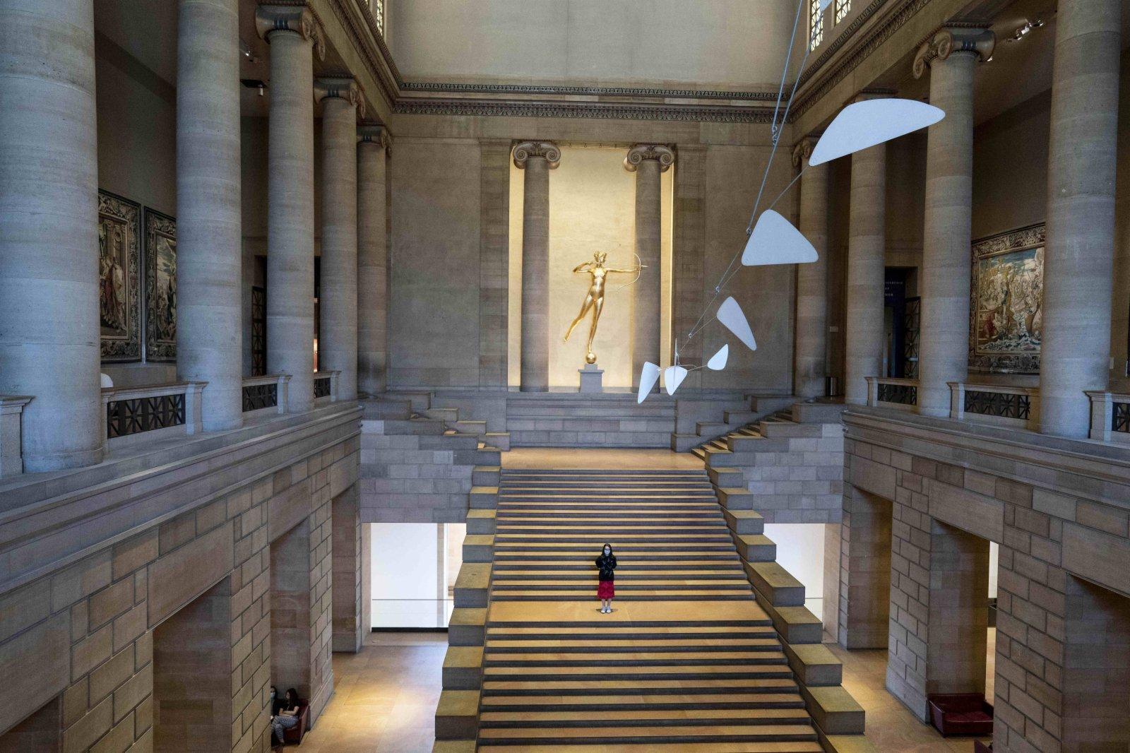 5月31日,一名女子在位於美國賓夕法尼亞州費城的費城藝術博物館參觀。(新華社)