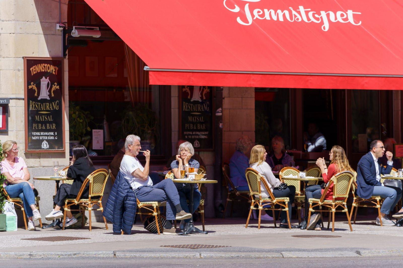 6月1日,人們在瑞典斯德哥爾摩一家餐廳的戶外就餐區用餐。(新華社)